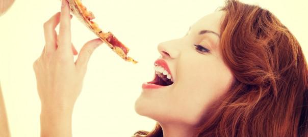 mangiare la pizza con le mani